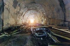 Verlassener Bau des Straßentunnels Rusted ruinierte Auto Stockfotos