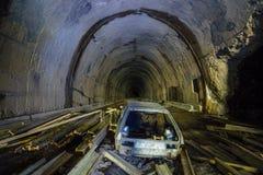 Verlassener Bau des Straßentunnels Rusted ruinierte Auto Lizenzfreie Stockbilder