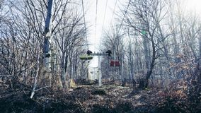 Verlassener Berg Ski Lift im Wald mit h?lzernen St?hlen lizenzfreie stockfotografie