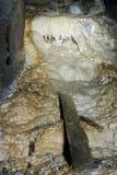 Verlassener Bergbaueintritttunnel mit aragonite Karstfunktionen Lizenzfreie Stockbilder