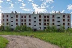 Verlassener Block des Gebäudes Stockbilder