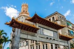 Verlassener Chinatown-Bogen und alte Elendsviertel im Hintergrund, Havana Stockfotografie