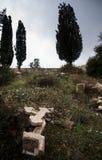Verlassener christlicher Kirchhof mit zerstörten Finanzanzeigen Lizenzfreie Stockfotos