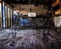 Verlassener gebrochener Basketball innerhalb des Gerichtes Stockbild