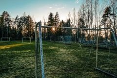 Verlassener gefrorener Fußballplatz im Sonnenuntergang Stockfoto