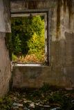 Verlassener Hausfensterrahmen mit Ansicht zur Naturszene Abstrakte Landschaft Stockbild