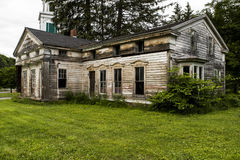 Verlassener historischer Wohnsitz mit aufwändigem Windows Lizenzfreie Stockfotos