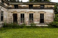Verlassener historischer Wohnsitz mit aufwändigem Windows Lizenzfreies Stockfoto