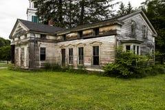 Verlassener historischer Wohnsitz mit aufwändigem Windows Stockfotografie