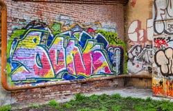 Verlassener Hof mit bunten abstrakten Graffiti Stockfoto