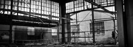 Verlassener industrieller Fabrik-Lager-Innenraum Stockbilder