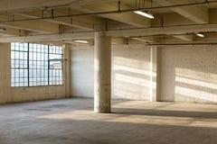 Verlassener industrieller Fabrik-Lager-Innenraum Lizenzfreie Stockfotos