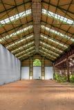 Verlassener industrieller Innenraum mit hellem Licht Lizenzfreie Stockfotografie