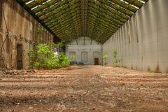 Verlassener industrieller Innenraum mit hellem Licht Stockfotos