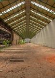 Verlassener industrieller Innenraum mit hellem Licht Lizenzfreies Stockfoto