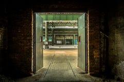 Verlassener industrieller Innenraum mit heller Leuchte Stockfotos
