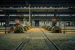 Verlassener industrieller Innenraum mit heller Leuchte Stockfoto