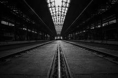 Verlassener industrieller Innenraum mit heller Leuchte Stockfotografie