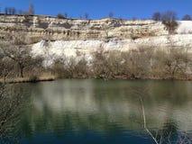Verlassener Kalksteinsteinbruch im Frühjahr Stockfotografie