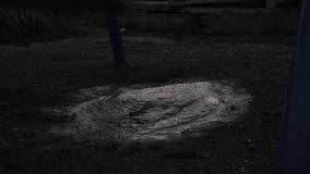Verlassener Kind-` s Spielplatz, trauriges Kind der Unschuld, das auf einem Schwingen schwingt Reflexion in den Pfützen stock footage