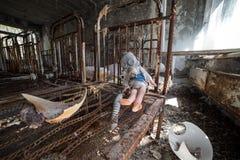 Verlassener Kindergarten in der Tschornobyl-Ausschluss-Zone Verlorene Spielwaren, eine defekte Puppe Atmosph?re von Furcht und vo stockbild