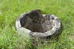 Verlassener konkreter alter Brunnen Lizenzfreies Stockfoto