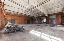 Verlassener, leerer Raum eines Industriegebäudes Stockbilder