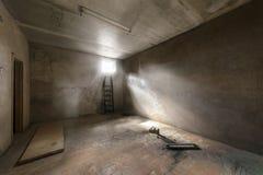 Verlassener leerer Raum mit Fenster und Strahlen des Lichtes Lizenzfreies Stockbild