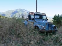 Verlassener LKW auf dem Straßenrand in Kastraki, Griechenland mit Bergblick jenseits lizenzfreie stockfotos