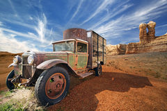 Verlassener LKW in einer Steinwüstelandschaft Lizenzfreie Stockfotografie