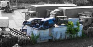 Verlassener Parkplatz und Kirchhof von auseinandergebauten Autos auf dem r stockfotos