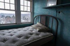 Verlassener Raum in einem alten Hotel Lizenzfreies Stockfoto