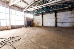 Verlassener Raum in einer alten Fabrik Lizenzfreie Stockbilder