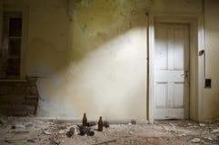 Verlassener Raum mit Tür Lizenzfreie Stockfotografie