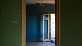 Verlassener Raum mit Tür lizenzfreie stockfotos