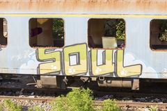 Verlassener rumänischer Zug im Depot Stockfotos