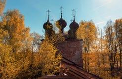 Verlassener russischer Tempel des Schattenbildes fünf-gewölbtes Viereck stockfotos