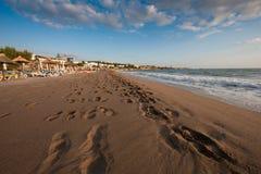 Verlassener sandiger Strand an einem Tropeninselerholungsort Stockbild