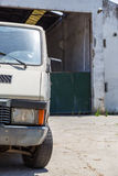 Verlassener Speicher Abadoned-Autos nahe Lizenzfreies Stockfoto