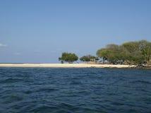 Verlassener Strand auf Insel lizenzfreie stockbilder