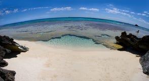 Verlassener Strand durch ein fisheye Objektiv stockfoto