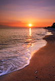 Verlassener Strand am Sonnenuntergang stockfotos