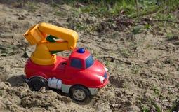 Verlassener Toy Truck auf Spielplatz Stockfotografie