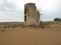 Verlassener Turm auf Strand in Griechenland lizenzfreie stockbilder