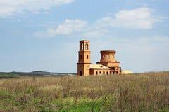Verlassener unfertiger christlicher Tempel in der Landschaft Lizenzfreie Stockbilder