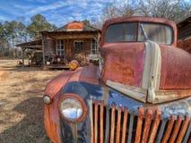 Verlassener, verrosteter LKW, außerhalb einer Geisterstadt Murrayville, GA stockfotos