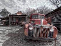 Verlassener, verrosteter LKW, au?erhalb einer Geisterstadt Murrayville, GA stockbild