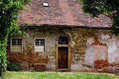 Verlassenes altes angeredetes Haus mit Fliesedach Stockfotos