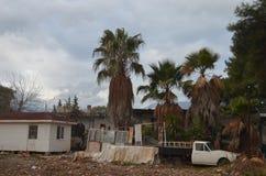 Verlassenes altes Auto nahe altem Haus mit Palmen Lizenzfreies Stockfoto