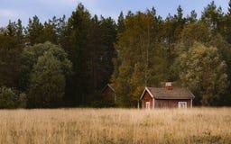 Verlassenes altes Haus auf Rand des Feldes lizenzfreie stockfotos